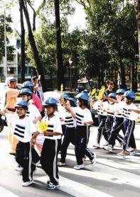 Helmetedkidswalking